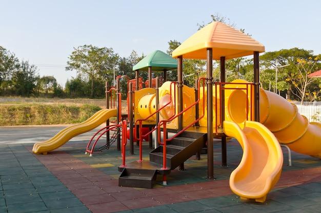 Parco giochi per bambini nel parco Foto Premium