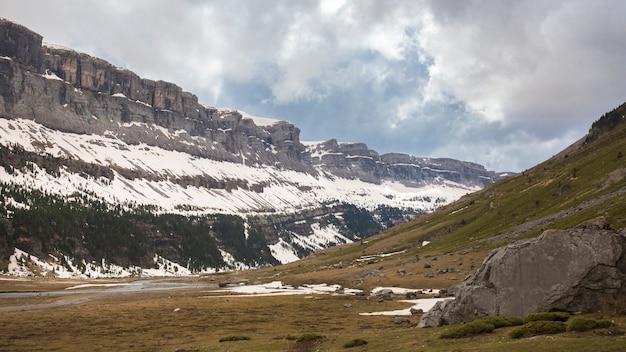 Parco nazionale di ordesa e monte perdido con un po 'di neve. Foto Premium