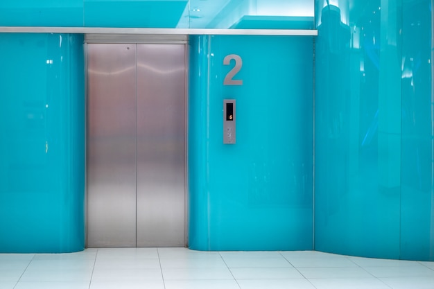 Parete blu di disegno dell'elevatore all'ufficio Foto Premium