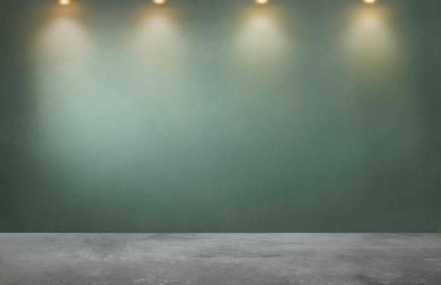 Parete verde con una fila di faretti in una stanza vuota Foto Gratuite