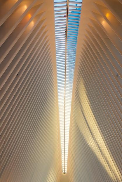 Pareti a strisce e tetto di un edificio moderno Foto Gratuite
