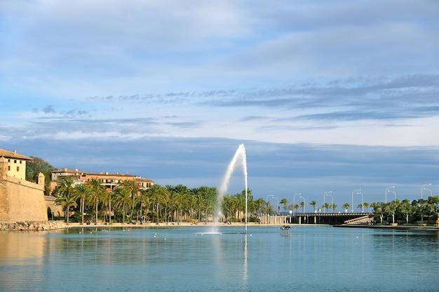 Park de la mar con lago lagunare e palme a palma de mallorca Foto Premium