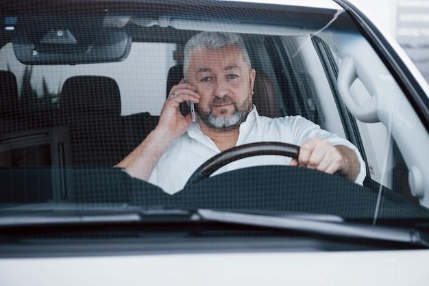 Parlare di lavoro in macchina mentre è fermo. conversazione su nuove offerte Foto Gratuite