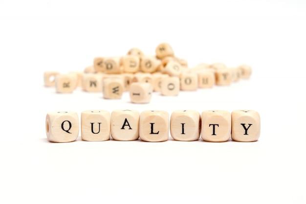 Parola con dadi su sfondo bianco Foto Premium