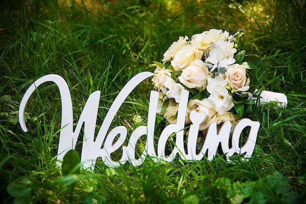 Parola di matrimonio e bouquet da sposa Foto Premium