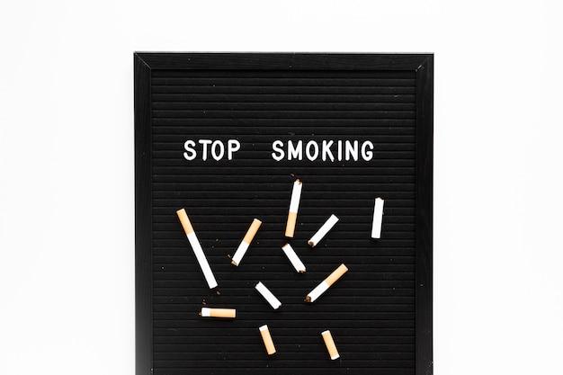 Parola di vista superiore con le sigarette Foto Gratuite