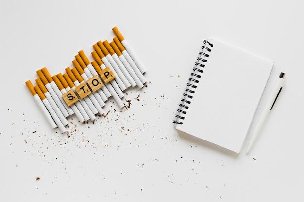 Parola di vista superiore con sigarette e notebook Foto Gratuite