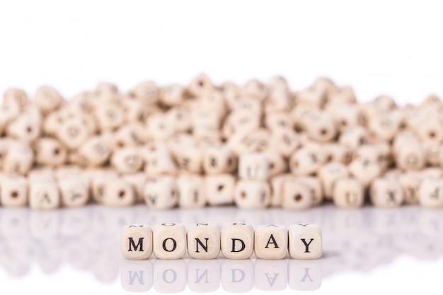 Parola lunedì con blocchi di legno Foto Premium