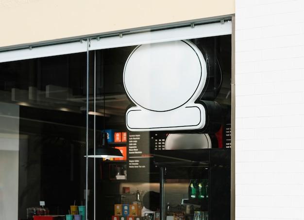 Parte anteriore della caffetteria con un segno mockup Foto Gratuite