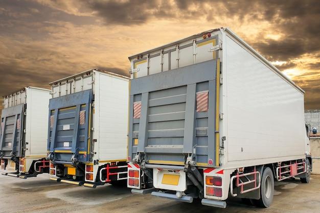 Parte posteriore del container camion con parcheggio dell'ascensore idraulico a magazzino, logistica del settore merci e trasporti Foto Premium