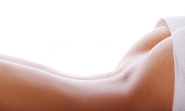 Parte posteriore della donna con un asciugamano bianco Foto Gratuite