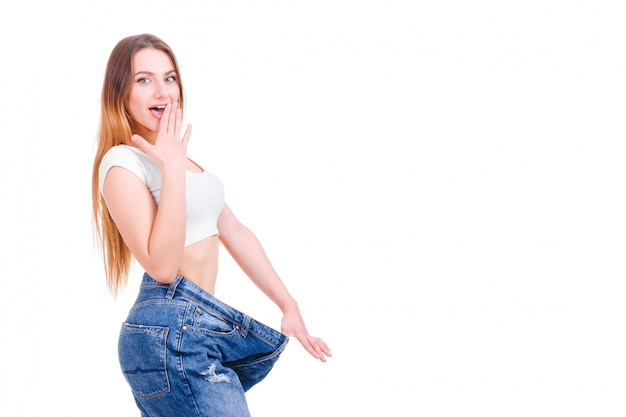 Parte posteriore esile della donna con i pantaloni enormi e nastro adesivo isolato Foto Premium