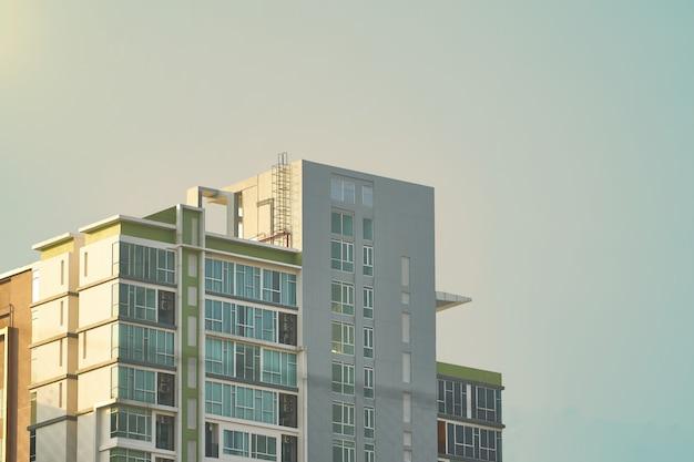 Parte superiore del condominio o torre sullo sfondo del cielo Foto Premium