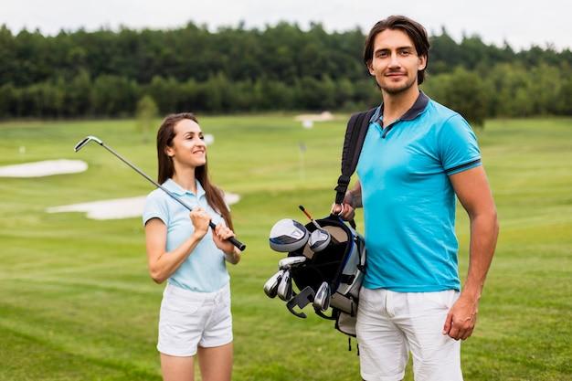 Partenari del golf che trasportano sacca da golf Foto Gratuite