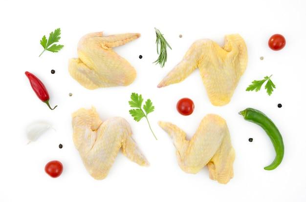 Parti di pollo crudo con ingredienti diversi Foto Gratuite