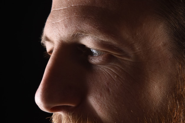 Particolare del volto di un uomo sulla trentina Foto Premium