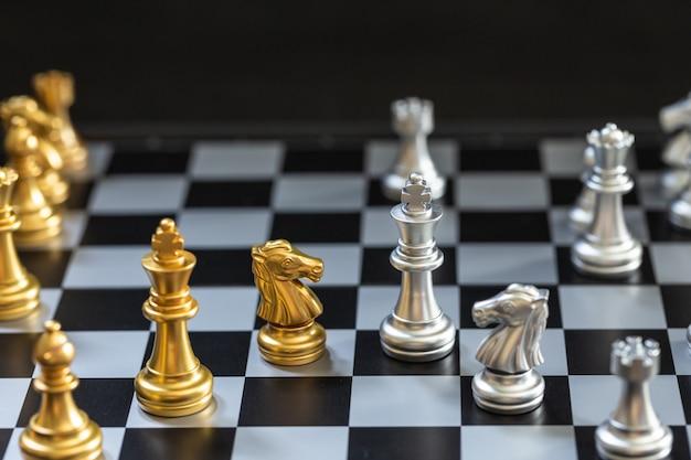 Partita a scacchi, imposta il tabellone in attesa di giocare in sfocatura6 sia d'oro che d'argento Foto Premium