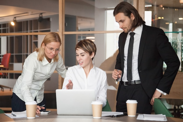Partner commerciali che negoziano strategie utilizzando il laptop Foto Gratuite