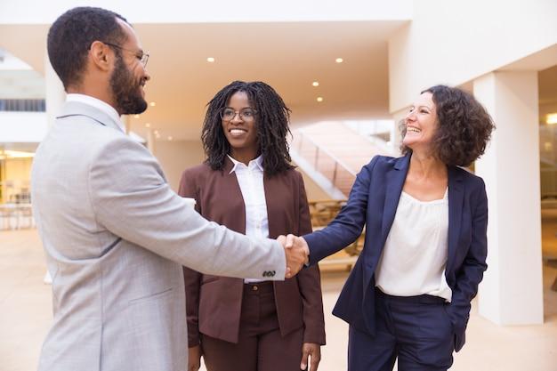 Partner commerciali felici che si salutano Foto Gratuite