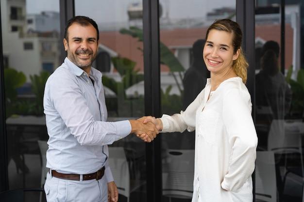 Partner commerciali positivi che stringono le mani Foto Gratuite