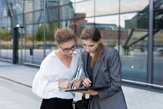 Partner commerciali sullo sfondo di un edificio per uffici. Foto Premium