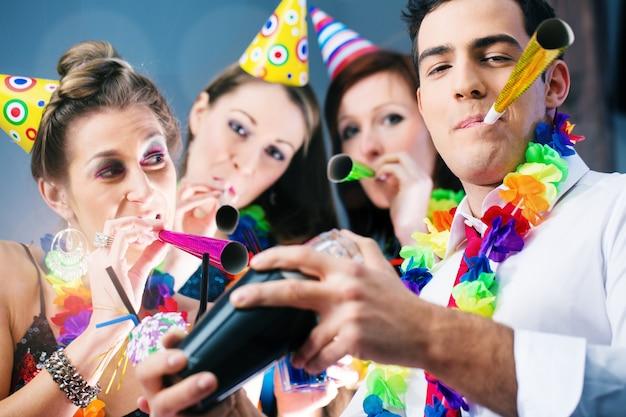 Party people in bar celebra il carnevale Foto Premium