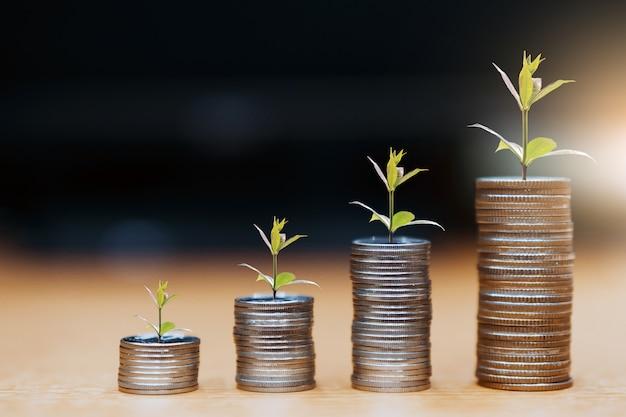 Passaggio di pile di monete, denaro, risparmio e investimento o concetto di pianificazione familiare. Foto Premium