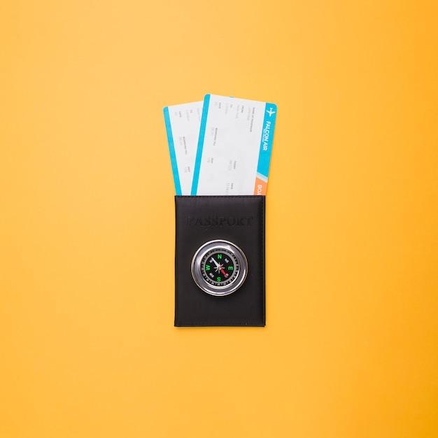 Passaporto, biglietti e bussola Foto Gratuite