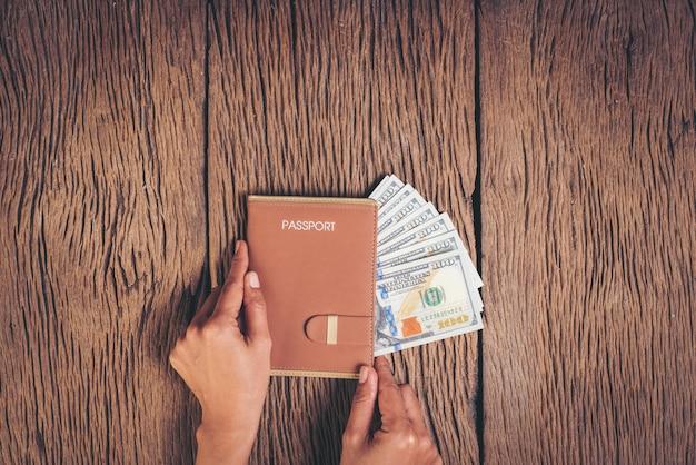 Passaporto di vista superiore con soldi su fondo di legno, concetto di turismo Foto Gratuite