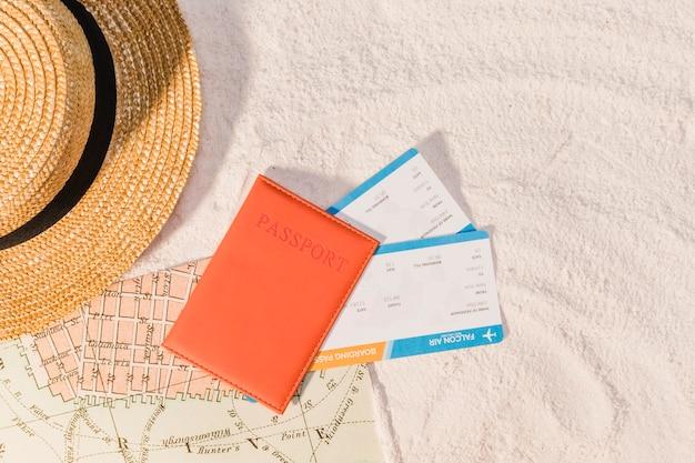 Passaporto e guida per il prossimo viaggio Foto Gratuite