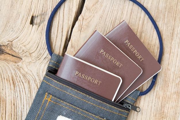 Passaporto in borsa di tessuto Foto Gratuite