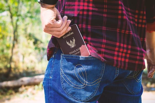 Passaporto selezionato a mano in tasca Foto Premium