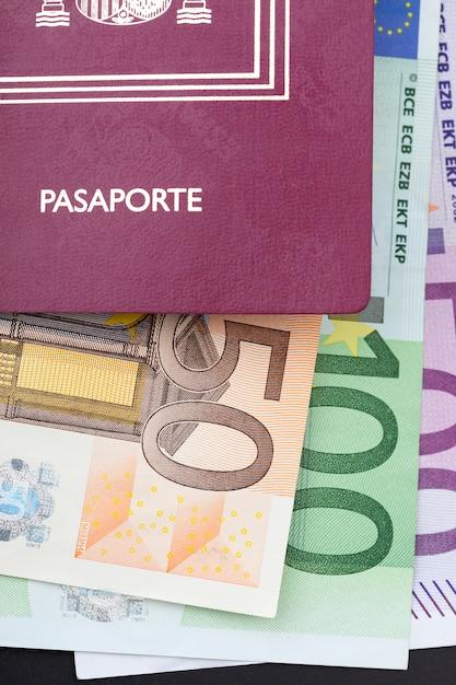 Passaporto spagnolo con denaro euro Foto Premium