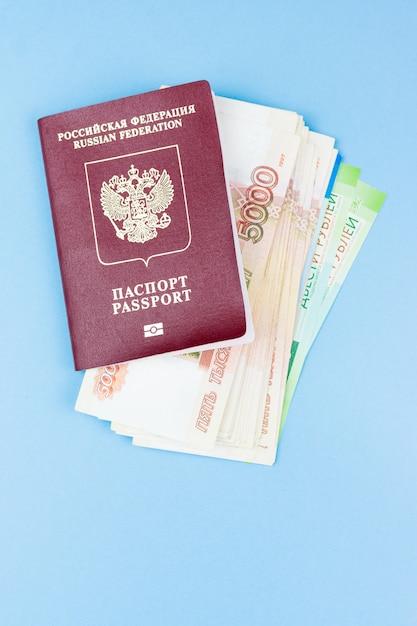 Passaporto straniero con denaro Foto Premium