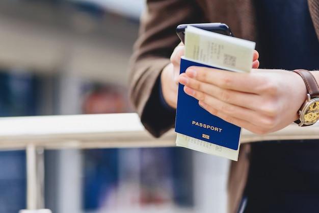 Passaporto telefonico e biglietti closup Foto Premium