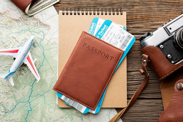 Passaporto vista dall'alto con biglietti aerei Foto Gratuite