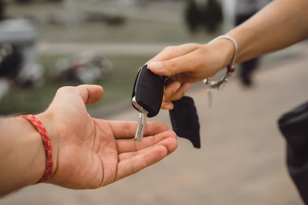 Passare la chiave dalla macchina da una mano all'altra Foto Gratuite