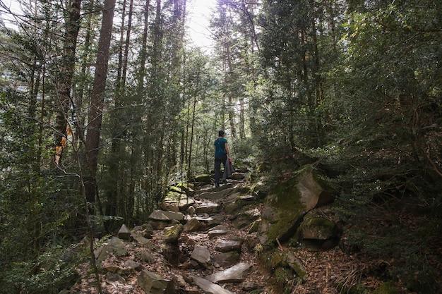 Passeggia nel parco nazionale di ordesa e monte perido con una donna. Foto Premium