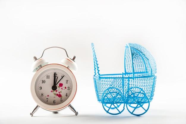 Passeggini e orologi isolati su uno sfondo bianco. Foto Premium