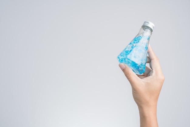 Passi la bottiglia di profumo della tenuta della perla dell'aroma o il gel per profumo modificato nella sala Foto Premium