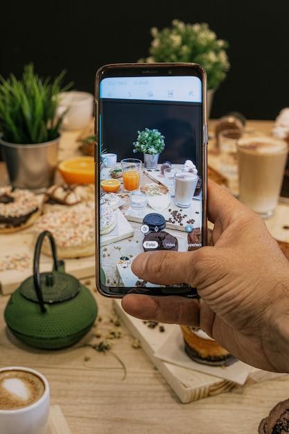 Passi la fabbricazione della foto di una tavola in pieno delle torte e dell'alimento su una tavola di legno Foto Premium
