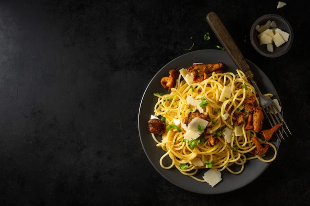 Pasta con funghi sul piatto Foto Premium