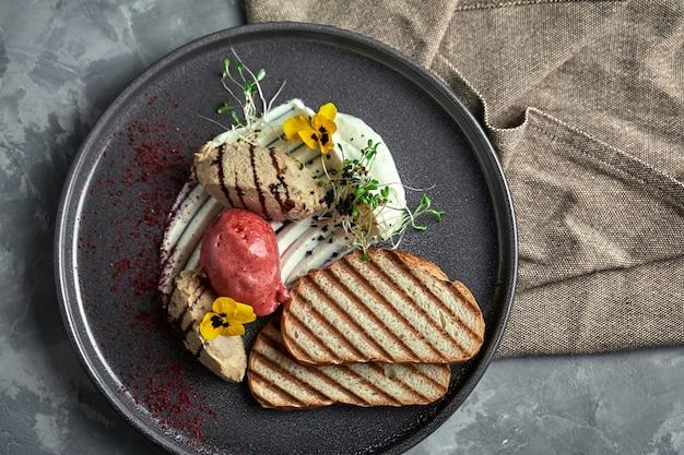 Pasta d'anatra con gelato e crostini di pane bianco grigliati Foto Premium