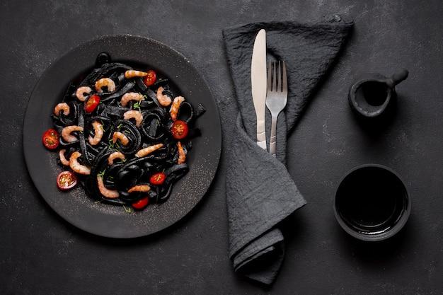 Pasta deliziosa del gambero nero di vista superiore con la salsa di soia Foto Gratuite