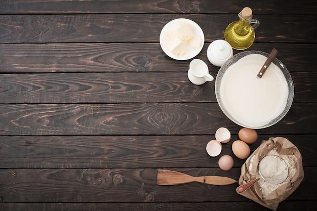 Pasta e prodotti per la sua preparazione su fondo di legno scuro Foto Premium