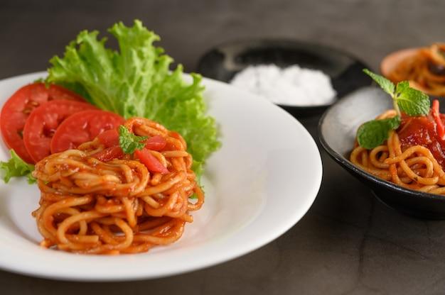 Pasta italiana appetitosa degli spaghetti con salsa al pomodoro Foto Gratuite