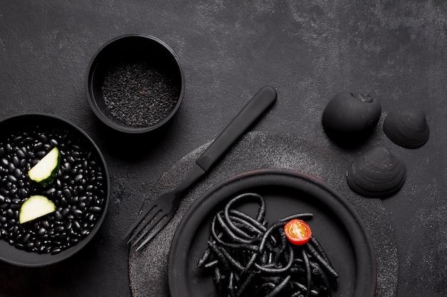 Pasta nera di gamberi con vongole e semi vista dall'alto Foto Gratuite
