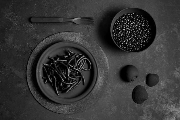 Pasta nera di gamberi con vongole e semi Foto Gratuite
