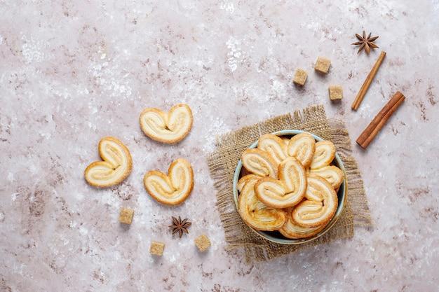 Pasta sfoglia palmier. biscotti palmier francesi deliziosi con zucchero Foto Gratuite