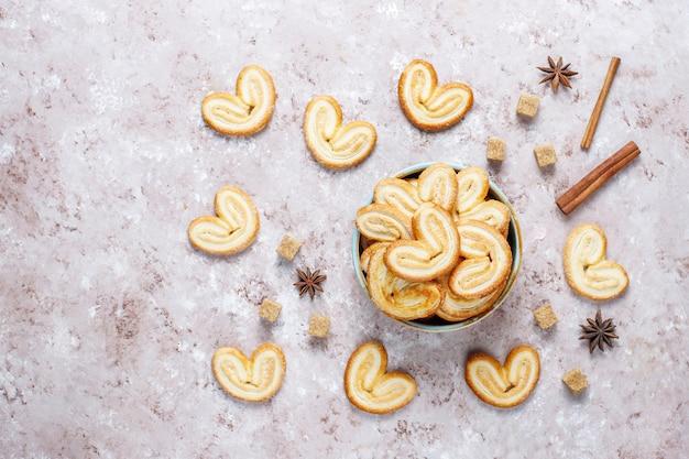 Pasta sfoglia palmier. biscotti più palmier francesi deliziosi con zucchero, vista superiore. Foto Gratuite